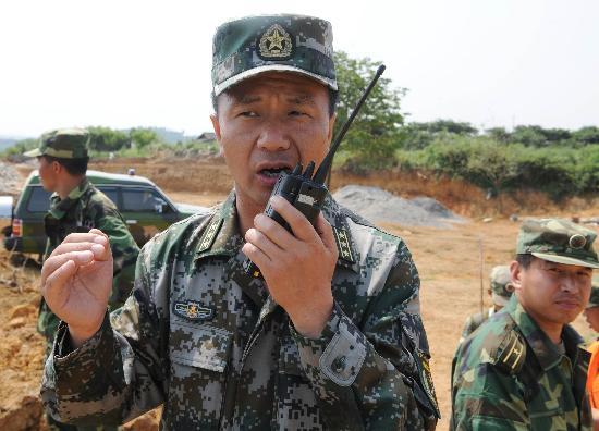 图文:解放军驻滇某部舟桥旅官兵严阵以待防洪峰