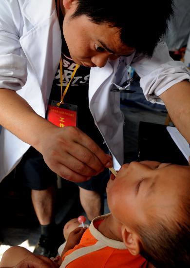 图文:帐篷医院的医生正在为孩子义诊