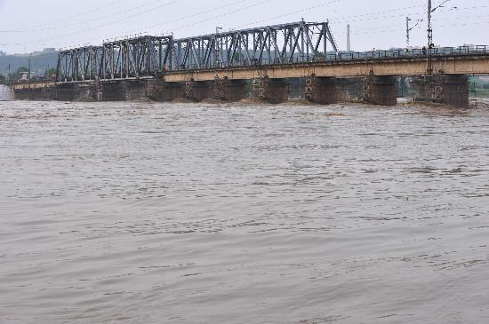 图文:宝成铁路涪江大桥安然无恙