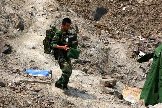 图文:一名士兵正从唐家山堰塞湖坝顶撤离