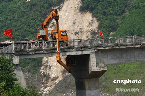 组图:勘测人员勘测四川震区桥梁受损情况