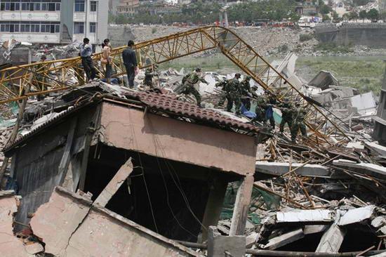 图文:救援人员在废墟中搜寻一切有生命的迹象