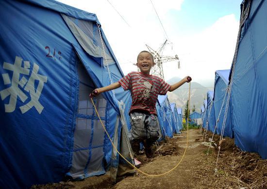 图文:男孩在四川汶川县映秀镇灾民安置点跳绳