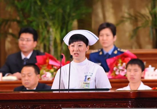 图文:广东抗震救灾医疗队护士刁冬梅在作报告