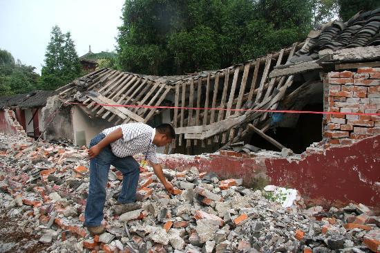 图文:工作人员在李白故里太白祠查看受损建筑