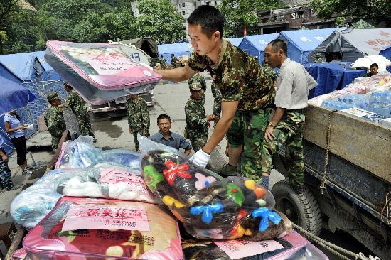 图文:战士在汶川映秀镇为村民分发救灾物资