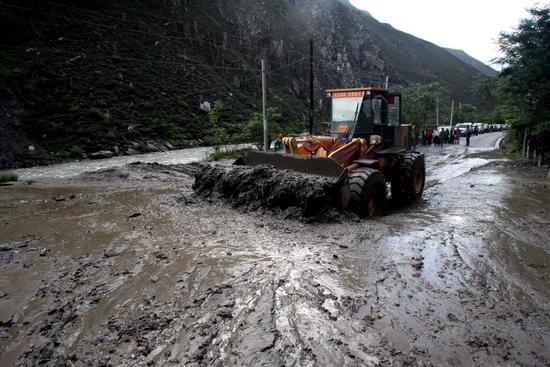 汶川县紧急疏通被泥石流阻断的213国道(组图)
