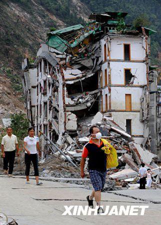 图文:几位北川受灾群众回县城取东西