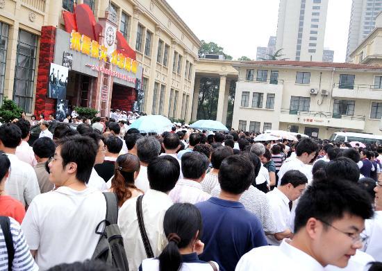 图文:上海市民争睹抗震救灾大型图片展