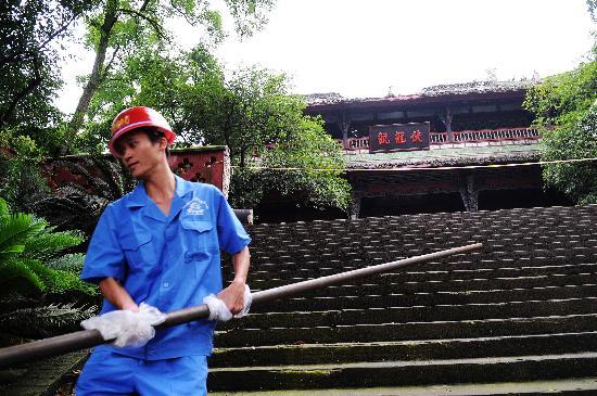 图文:建筑工人在搬运搭建脚手架用的钢管