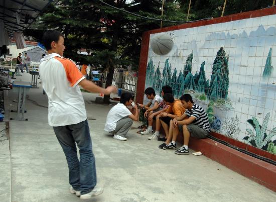 图文:一名考生在考试结束后玩篮球