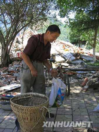 图文:一位居民在县城内寻找自己的物品