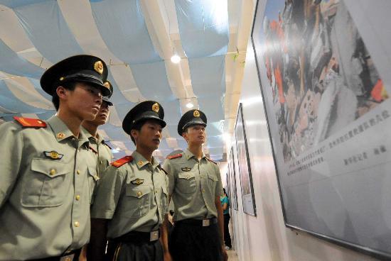 图文:武警战士在观看图片展