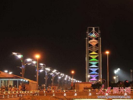 """北京奥林匹克公园的""""玲珑塔""""(多功能转播塔)"""