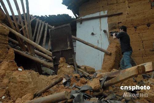 组图:记者在攀枝花完全跨塌的民房前拍摄