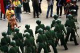 图文:中澳之战结束后球迷与警戒的武警