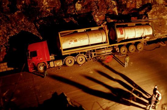 图文:黄磷泄漏在高速路上