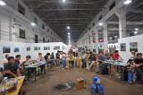 图文:工作人员在展览馆用餐