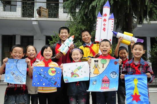 图文:小学生制作自己心目中的神舟七号模型