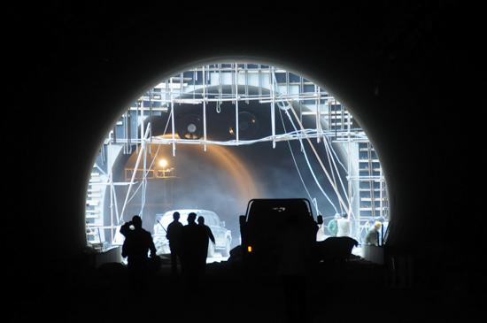 图文:工人们在隧道里工作