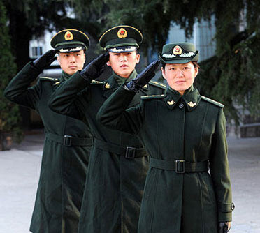 这是身着武警07式常服大衣的军官.-山东武警部队今起换发07式冬图片