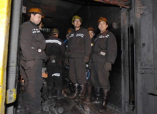 组图:医务人员在山西矿难现场组织抢救