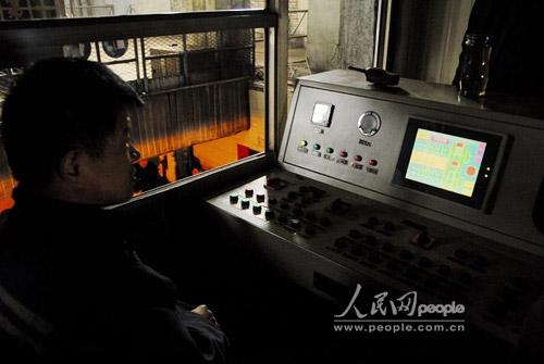 图文:工作人员在升井信号室随时接收井下请求