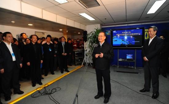 图文:温家宝看望中国政府网新华网工作人员_新