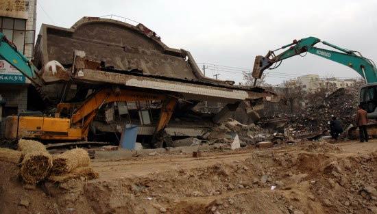 兰州一幢正拆除楼房发生垮塌(组图)