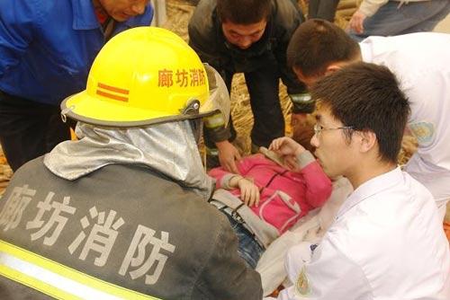 河北廊坊服装厂车间坍塌致10死15伤(组图)