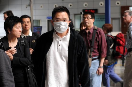 图文:从香港入境旅客排队接受快速体温检测