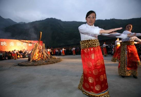图文:身着民族盛装的映秀人跳起锅庄舞