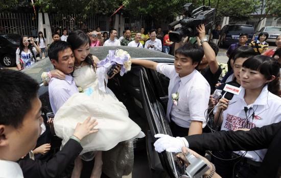 图文:汶川地震一周年之际新人结婚