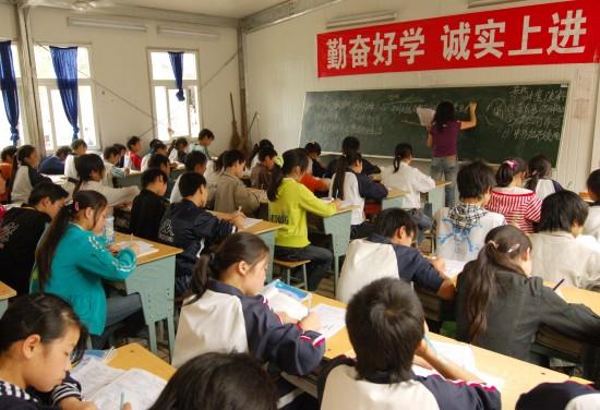 图文:学生们正在板房教室内认真上课