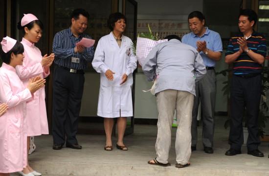 患者出院时向医务工作者鞠躬致谢图片