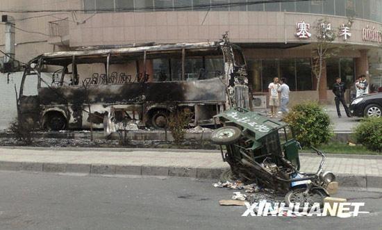 图文:一辆被焚毁的车辆停在路旁