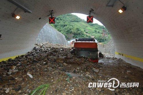 陕西西汉高速遭遇泥石流后恢复单向通行