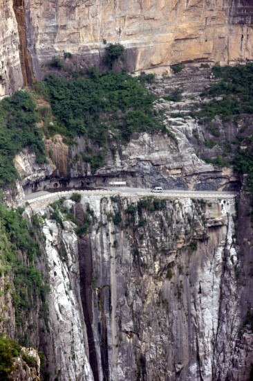 组图:山西太行山区在悬崖峭壁上开凿公路