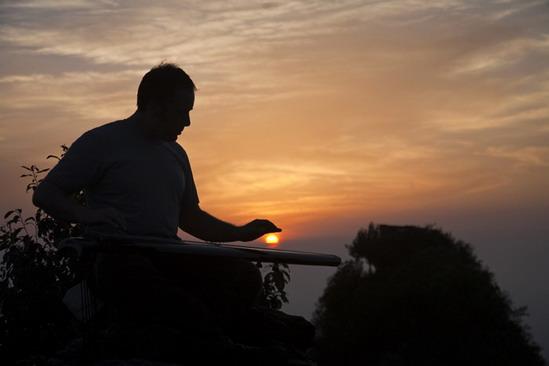 夕阳西下,我在武当山的最高峰金顶之上弹起古琴,别有一番意境.图片