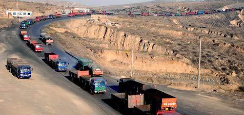 1月16日,在内蒙古准格尔旗的运煤通道上,运煤车辆排成长龙.