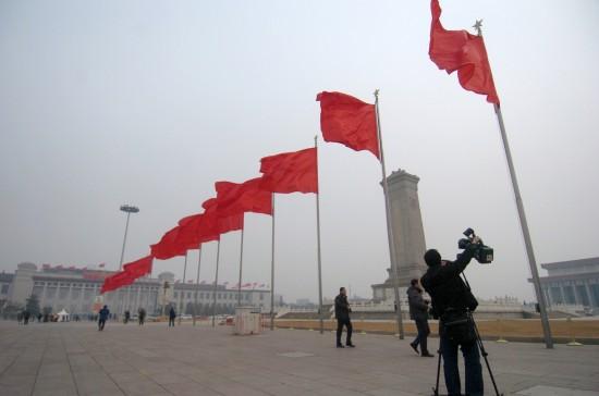 图文:一位记者在天安门广场拍摄大会堂外景
