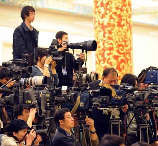 图文:摄像记者在新闻发布会现场采访拍摄