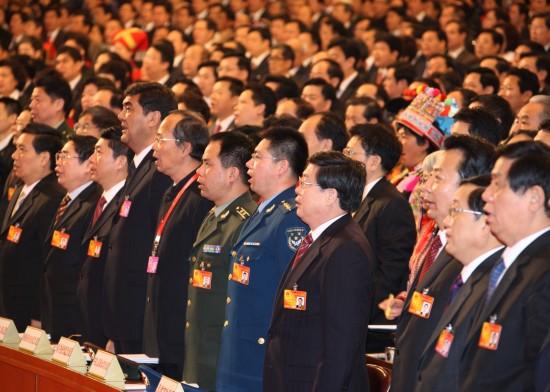 图文:全国人大代表高唱国歌