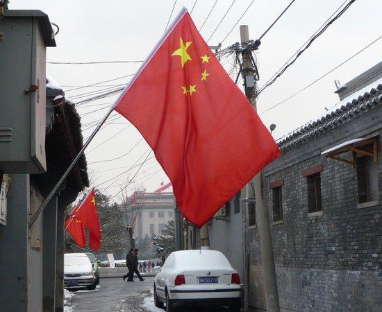 组图:北京胡同两会期间挂上红旗