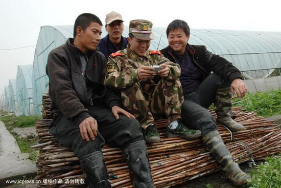 组图:温州组织民兵深入田间传播两会信息