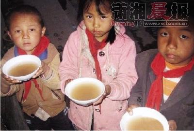 网帖称云南乡村学校学生喝脏水解渴(组图)