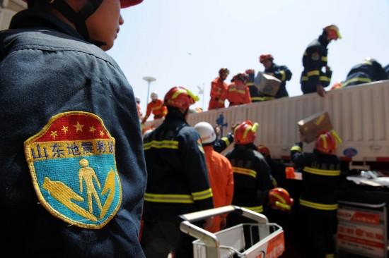 图文:山东地震救援队在西宁机场集结