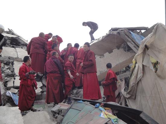 玉树当地气候不利救援僧侣民工昼夜参与搜救