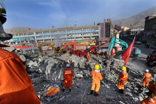 图文:搜救队继续在废墟上展开搜救