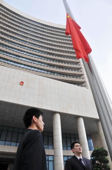 图文:中央人民政府驻澳门联络办公室降半旗